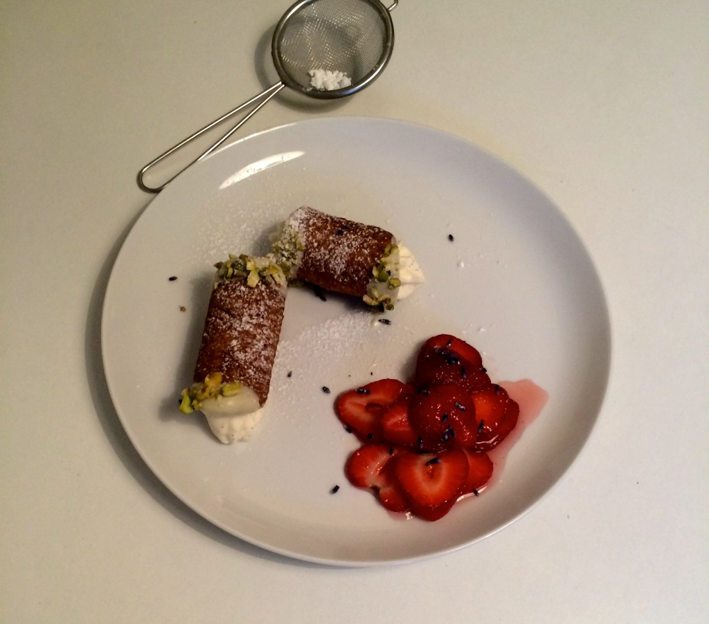Cannoli med hvid chokoladecreme og lavendelmarinerede jordbær