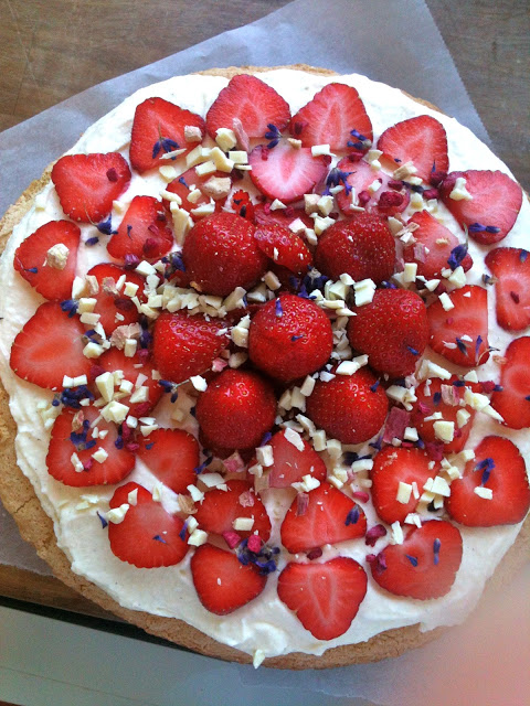 Sommerlagkage med jordbær, lavendel og mascarponecreme