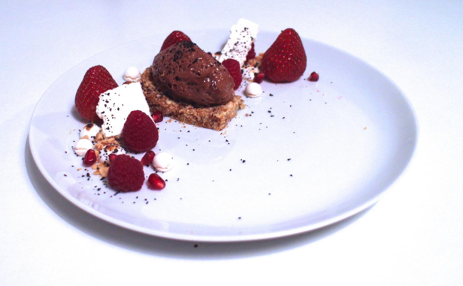 Chokolademousse med nøddebund, marengs og krystalliseret chokolade
