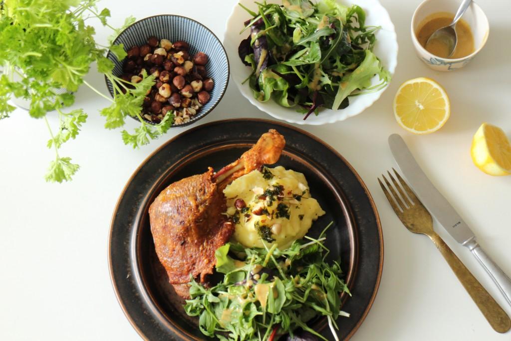 Confiteret andelår med kartoffelmos og grøn salat med vinagrette