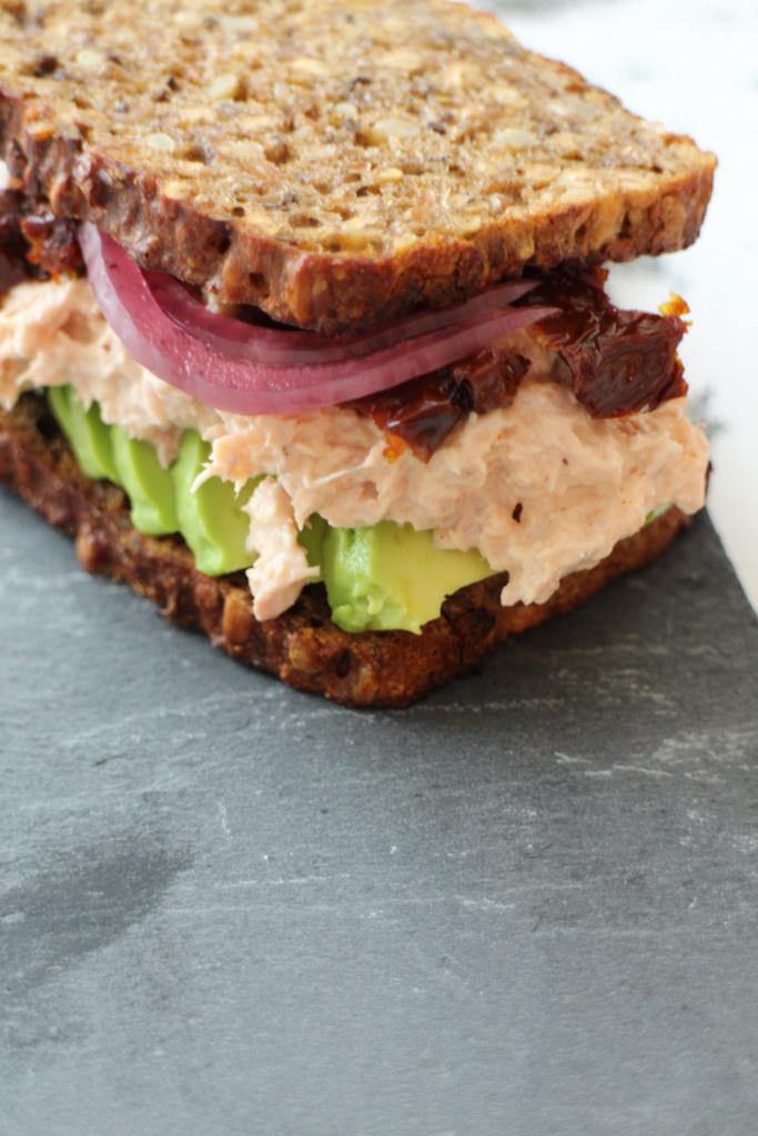 Rugbrødssandwich med spicy tuna