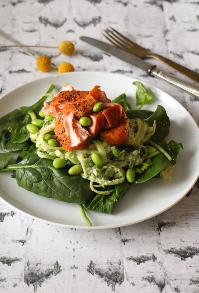 Squashghetti med avocadocreme og varmrøget laks