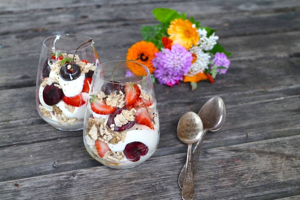 Eton mess med lakrids, friske bær og fløde/skyrcreme