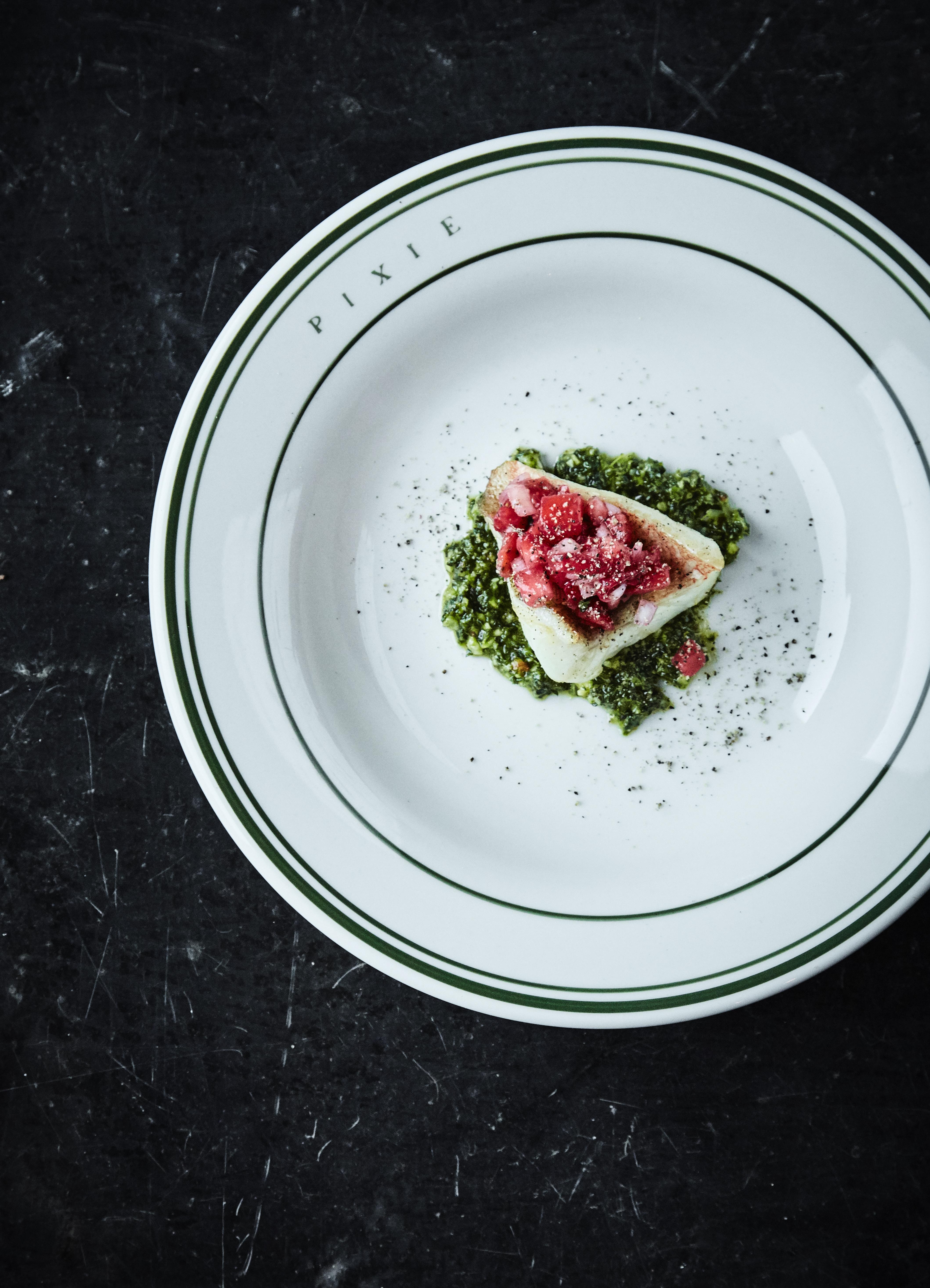 Rødfisk med persillepesto og jordbærsalsa